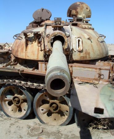 Rusting tank at the Highway of Death in Iraq / Wikimedia Commons